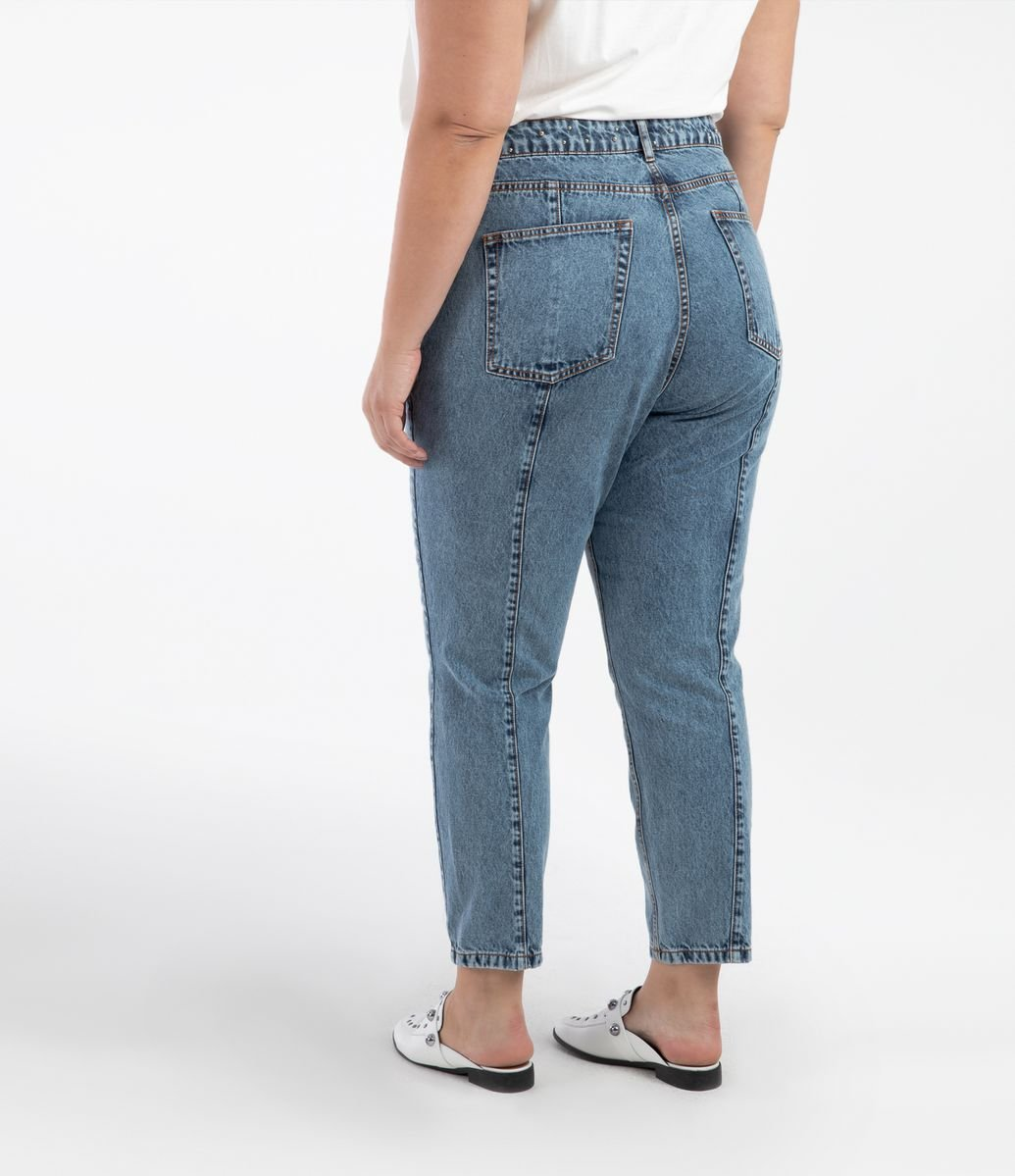 ae485204a3f3 ... Calça Jeans Mom com Aplicações Curve & Plus Size. Brinde