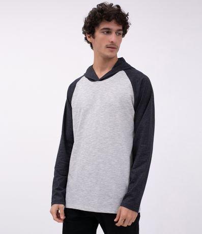 Camiseta com Recorte Raglan e Capuz