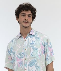 Camisa Manga Curta Estampa Tropical com Bolso