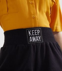Short Liso com Cós Largo e Etiqueta Frontal Keep Away