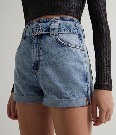 Short Jeans Mom com Cinto de Fivela com Strass