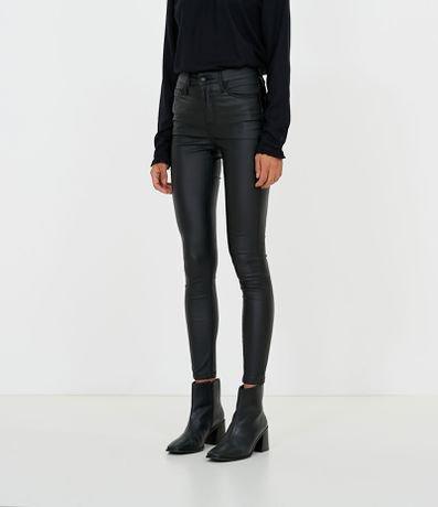 Calça Skinny em Sarja Resinada Lisa